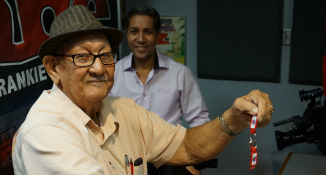 Roberto Angleró recibe donación para su nueva casa