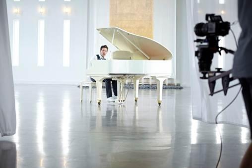 "GABRIEL CORONEL LES PRESENTA SU NUEVO VIDEO ""DESNUDO"""