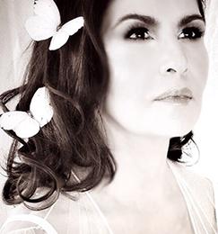"""Nydia Caro presenta """"En Tiempo de Amor"""""""