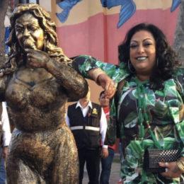 Develan estatua de India en Lima, Perú