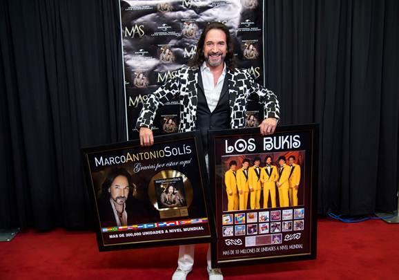 """MARCO ANTONIO SOLIS fue reconocido por las altas ventas a nivel mundial de """"Gracias Por Estar Aquí"""""""