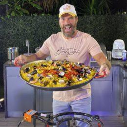 Julián Gil lleva paella a deambulantes en plena pandemia