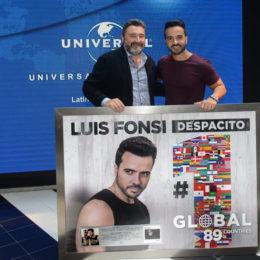 LUIS FONSI RECIBE PLACA DE RECONOCIMIENTO