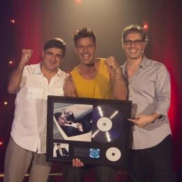 "Ricky Martin recibe Disco de Platino por ventas de mas de 100,000 copias de ""A Quien Quiera Escuchar"""